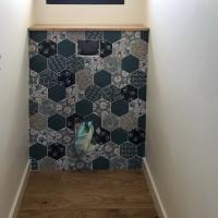 WC suspendus faïence hexagonale avec motif - Tablette en bois